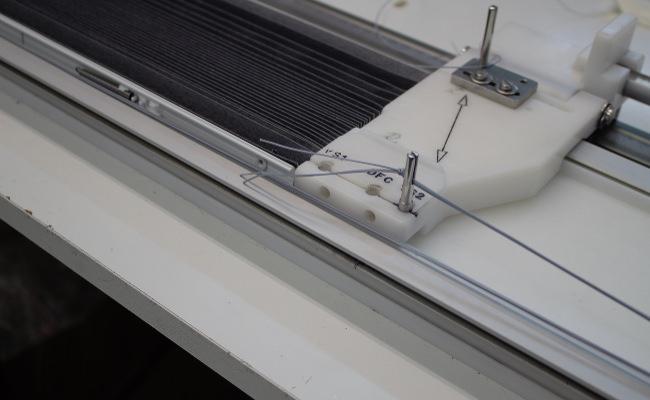 In der Fädelmaschine werden die Zugschnüre angebracht